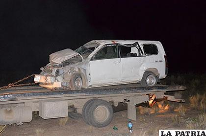El vehículo siniestrado sobre una grúa