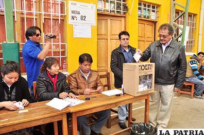 El alcalde Edgar Bazán mientras emitía su voto