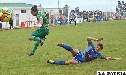 Hoyos rechaza la pelota ante la arremetida de Castedo /APG