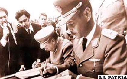 Los presidentes de Bolivia, Hugo Banzer y de Chile Augusto  Pinochet suscriben un acuerdo en 1975