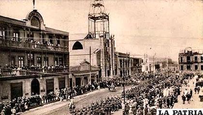 Concentración de la población en la Plaza Colón de Antofagasta,  esperando la inauguración del ferrocarril 1889