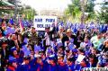Las principales autoridades del departamento junto al pueblo entonan el Himno Nacional