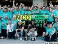 Lewis Hamilton con sus dos trofeos y todo su equipo de trabajo de la Escuderia Mercedes /sportyou.es
