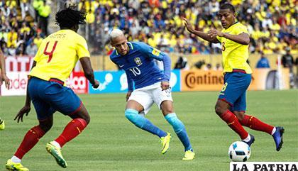 Neymar recibe el balón en medio de dos defensores /elmundo.sv
