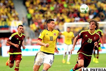 James Rodríguez y Rolf Feltscher disputan el balón /wp.com