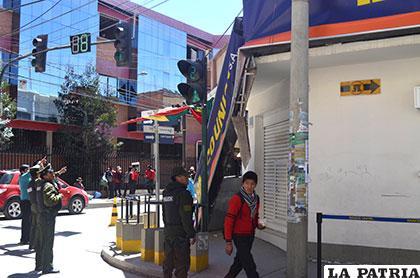 El martes pasado el letrero del banco cedió por el fuerte viento /Archivo