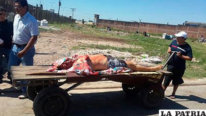 El cuerpo de la víctima fue llevado en un carro de mano
