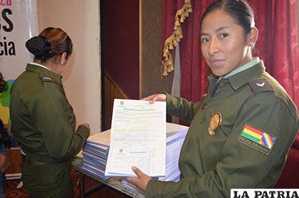 Personal de la Felcv recibe formularios en miras a facilitar su trabajo