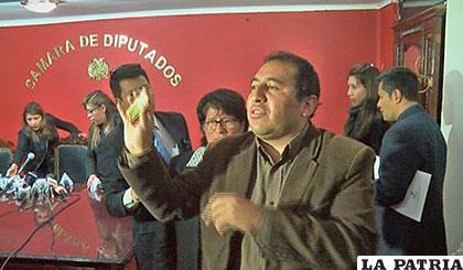 Santamaría muestra estampita similar a la que habría entregado a policías /bp.blogspot.com