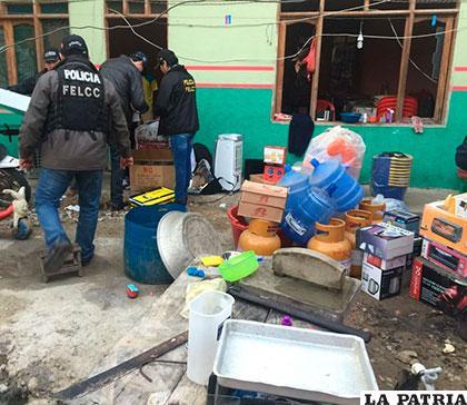 Personal policial verifica los objetos robados entre ellos, garrafas, electrodomésticos, hasta ropa policial
