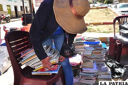 Trabajo que realiza el programa de post alfabetización en recolección de libros /Archivo