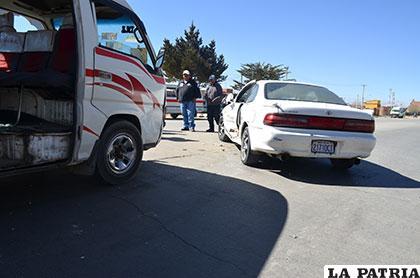 El minibús que impactó contra el automóvil blanco