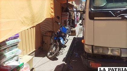 Ningún vehículo debe estacionarse en la vereda, según las normas de tránsito