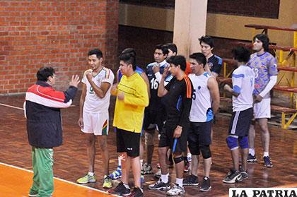 El entrenador Dávila dialoga con sus dirigidos, pretende concretar amistosos con equipos de La Paz
