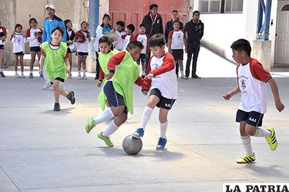 Los niños del tercer curso de primaria, durante su partido de futsal