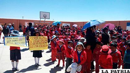 Inauguración de obras de construcción de muro en la unidad educativa Avelino Siñani