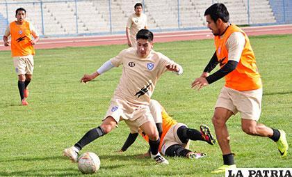 Ariel Juárez intenta dominar el balón, ocurrió ayer en el entrenamiento de San José
