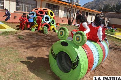 Niñas divirtiéndose en el parque infantil