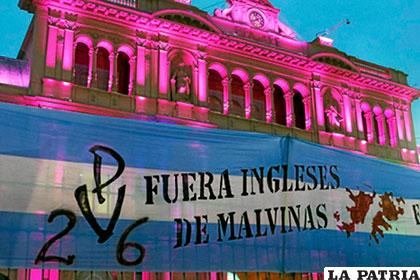 Bandera gigante con consigna argentina en el frontis de la Casa Rosada /elmundo.es