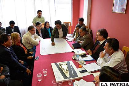 Autoridades ediles y de la Fundación Umbral escuchan detalles del proyecto /GAMO