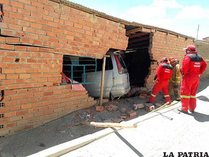 Bomberos tuvieron que auxiliar a los heridos que quedaron atrapados en el motorizado