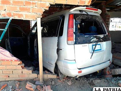 La pared quedó destrozada y el motorizado muy dañado