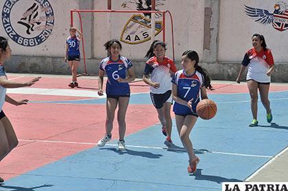 Durante el partido de básquetbol entre el 3ro. y 6to. de Secundaria