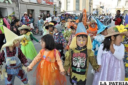 Niñas y niños de nivel inicial bailando con disfraces alegóricos al medio ambiente