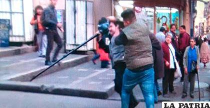 Captura de video, momento en el que el camarógrafo es agredido /El Deber