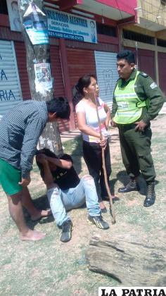 Una de las señoras agarradas de un palo que sirvió para castigar al sujeto