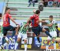 La acción del partido que se jugó en Cochabamba, Raldes intenta despejar de cabeza /APG