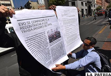 Trabajadores despedidos de YPFB hacen conocer su protesta /APG