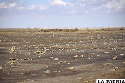 Un pantano plomizo y mezclado con botellas pet sobre la comunidad de Alantañita