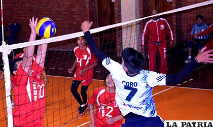 Paúl Coro, de Oruro, golpea el balón al campo contrario