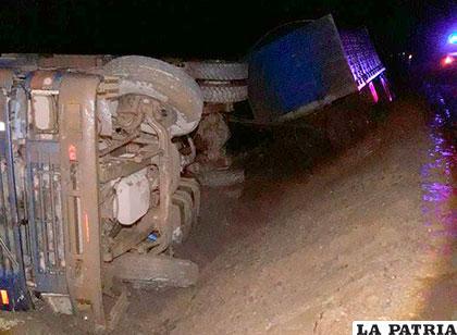 La plataforma habría cedido, provocando el vuelco del camión