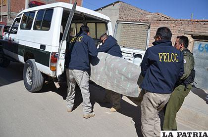 El cuerpo del occiso es guardado en vehículo de Homicidios