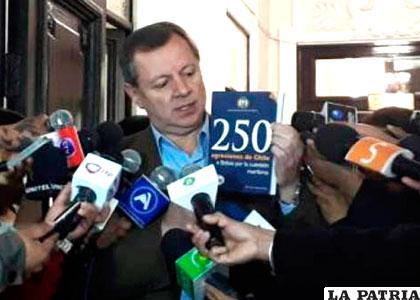 Gonzales enseña el libro de las 250 agresiones de Chile a Bolivia sobre el tema marítimo /SENADO