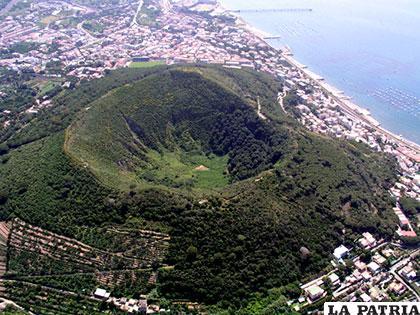 Campos Flégreos es una caldera anidada de 13 kilómetros de ancho