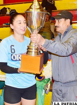 Sánchez recibe el trofeo de campeón