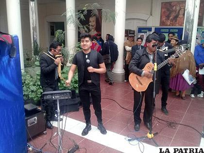 La familia Muñoz canta huayños salineños /LA PATRIA