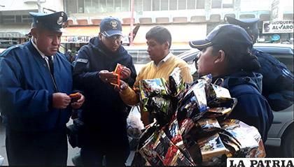 Guardia Municipal y Defensa al Consumidor en operativo en la calle Tejerina /DEFENSA AL CONSUMIDOR
