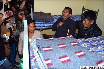 El gobernador junto al director general de Régimen Penitenciario y la alcaldesa de Oruro /LA PATRIA
