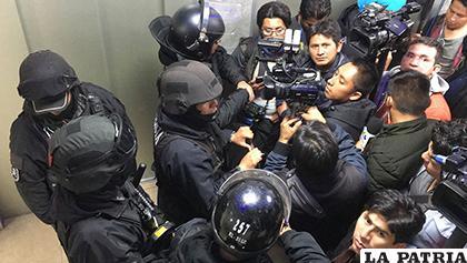 Policías antimotines intentan desalojar a periodistas que cubrían una audiencia judicial/ Sara Aliaga /Página Siete