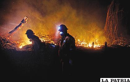 El trabajo que realizan los voluntarios es opacado porque otras personas estarían iniciando el fuego nuevamente /Gastón Brito /Página Siete