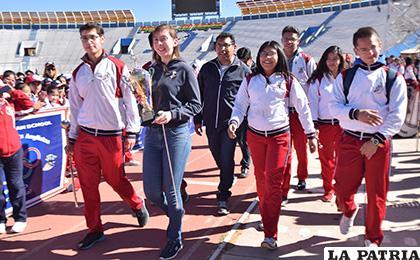 Integrantes de la banda del colegio con el trofeo que ganaron en Cochabamba /Reynaldo Bellota /LA PATRIA