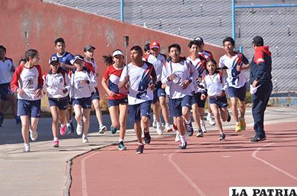 Los deportistas destacados del colegio portaron la tea /Reynaldo Bellota /LA PATRIA