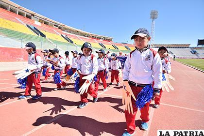 Niños y jóvenes participan en los Juegos Anglistas /Reynaldo Bellota /LA PATRIA