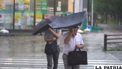 El tifón también ha ocasionado daños en algunos edificios /EFE