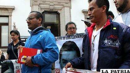 Una comisión de familiares de los 43 estudiantes desaparecidos de Ayotzinapa salen de una reunión este martes /EFE