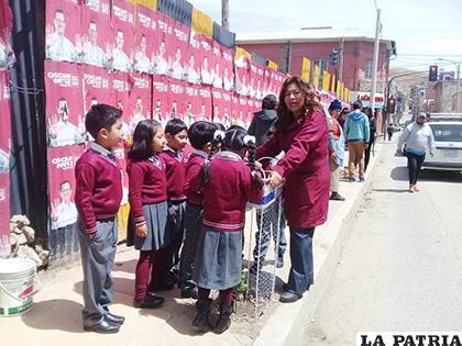 Niños aprenden la importancia de plantar un árbol /LA PATRIA
